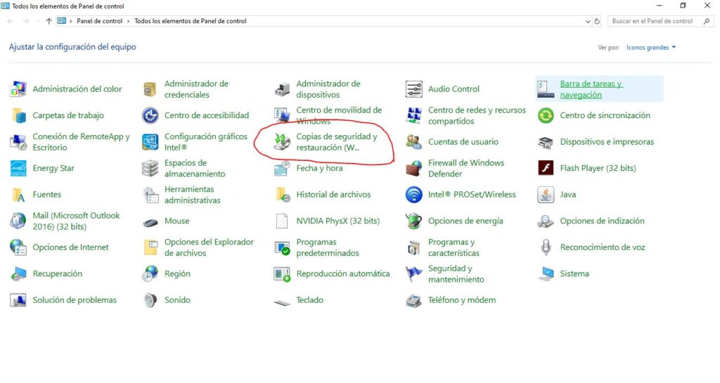 Ventana del panel de control focalizando en la opción de copias de seguridad y restauración de Windows 10