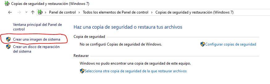 Ventana de copias de seguridad y restauración de Windows 10 focalizando en la opción de crear una imagen de sistema
